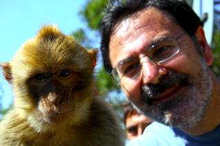David Hammerstein con uno de los macacos de Gibraltar