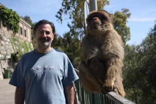 David Hammerstein con de los macacos de Gibraltar